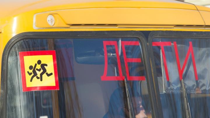 Встал посреди дороги: на улице Водников водитель школьного автобуса столкнулся сBMW