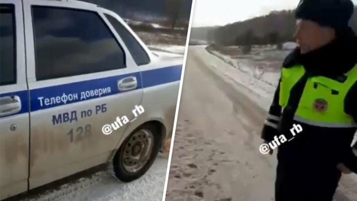 Люди в форме патрульных посмеялись над мертвой лисицей, которая вцепилась в служебный автомобиль