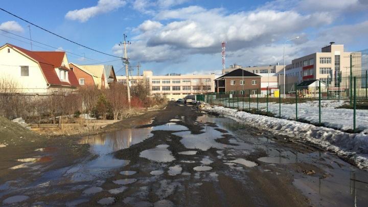 «Въезд в жилой квартал попросту убит»: дороги в Мичуринском превратились в полосы препятствий