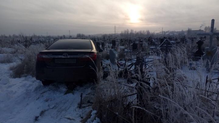 Пьянство или провокация: в Ярославле иномарка снесла памятники и ограды на кладбище