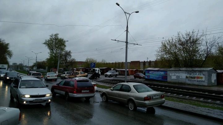 Больше 10 водителей пробили колёса в коварной яме на Широкой