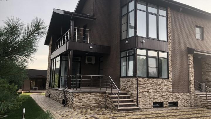 Под Омском за 40 миллионов продают коттедж в стиле хай-тек с системой «умный дом» и круглым унитазом