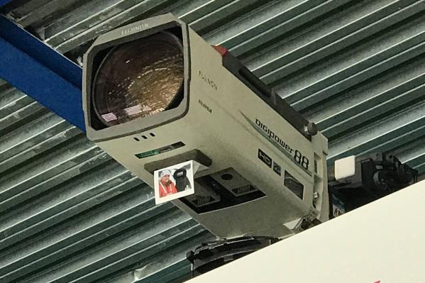 Друзья телеоператора прикрепили фото на камеры, с которых шла трансляция