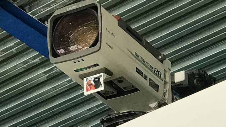 «Он мечтал посмотреть»: операторы вывесили фото погибшего коллеги на камеры во время матча по бенди