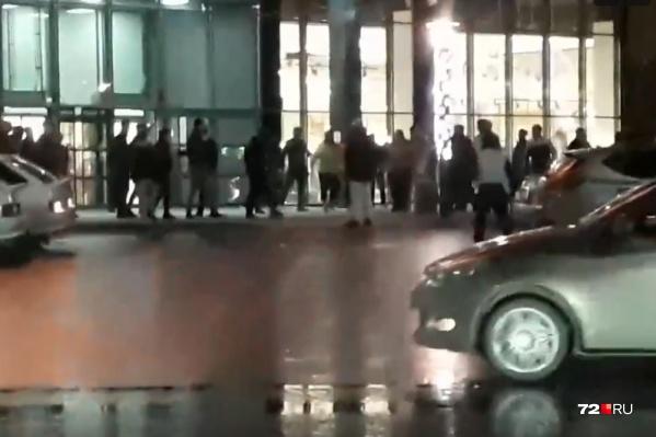 Бдительные горожане на всякий случай вызвали полицию, даже не став обращаться к охраннику