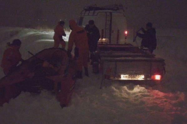 Спасатели доставили на берег надувную лодку