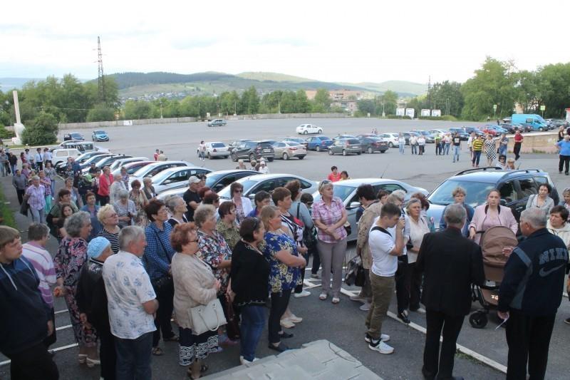 Толпа жителей Бакала выступила против строительства производства в их городе