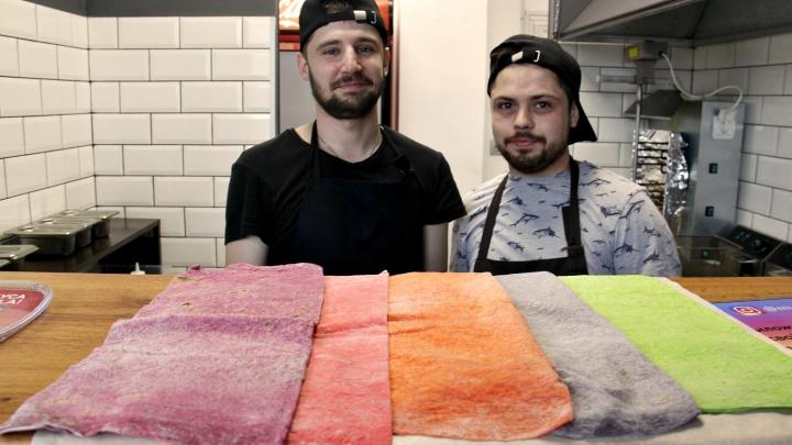 Два новосибирца открыли на площади Калинина кафе с семицветной шаурмой и картошкой на палочке