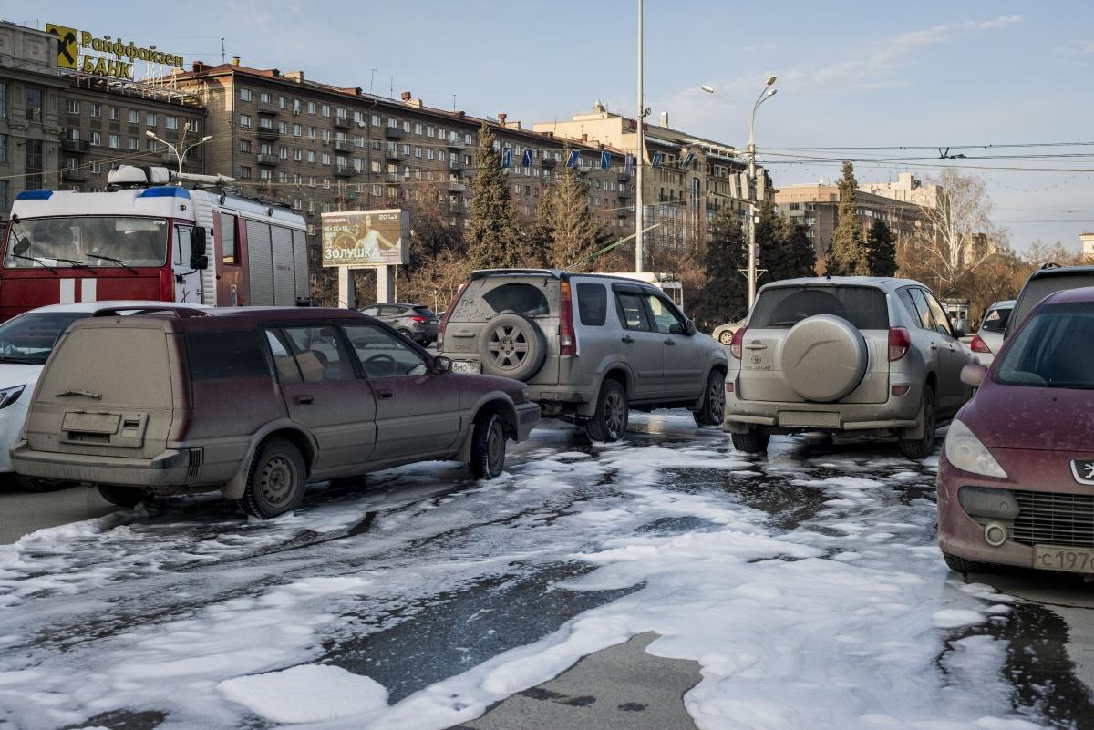Парковку на площади Ленина залили пеной и водой