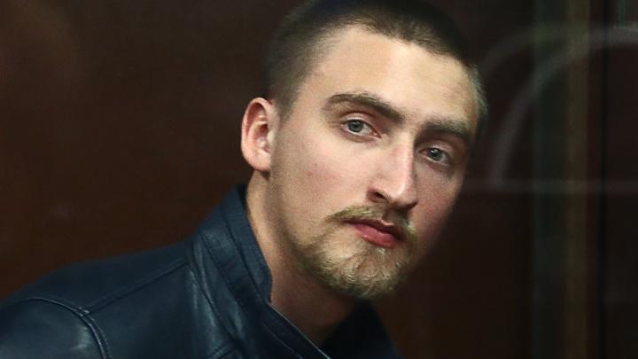 Суд отпустил актера Павла Устинова, осужденного за вывихнутое плечо омоновца