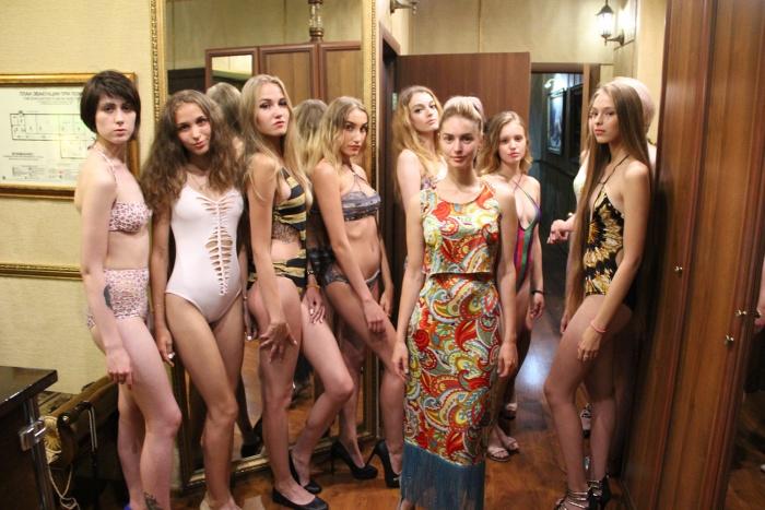 Марина Герр представила на показе коллекцию купальников в стиле хиппи