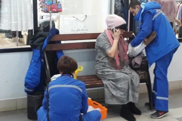 Женщина дожидалась приезда скорой на скамейке в магазине