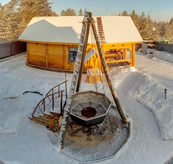 Банный чан на брёвнах. Обычно его подвешивают на конструкции высотой 3–4 метра