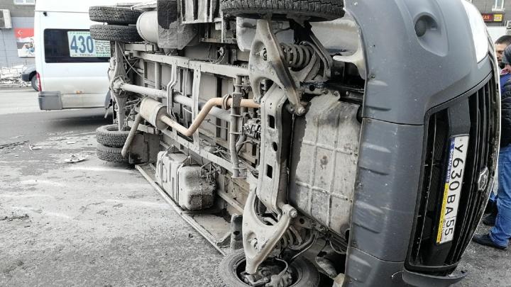 «Такой удар был — я аж подпрыгнул»: фоторепортаж с места, где перевернулась маршрутка с пассажирами
