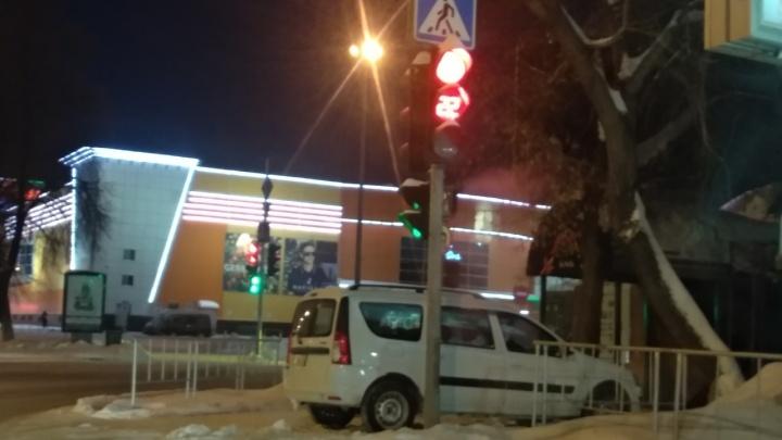 «Я паркуюсь, как...»: автохам у ресторана «Семь пятниц» и тюменские «инвалиды» на шопинге