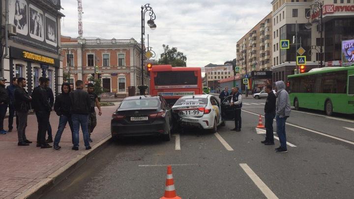 В центре Тюмени иномарка врезалась в стоящую машину «Яндекс.Такси». У пострадавших травмы головы