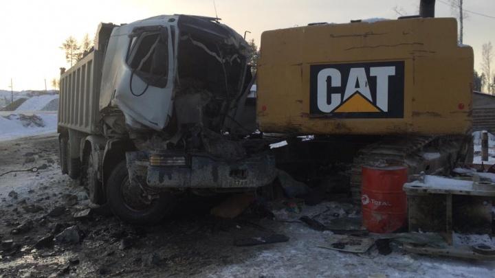 На карьере в Екатеринбурге грузовик врезался в экскаватор. Один человек погиб