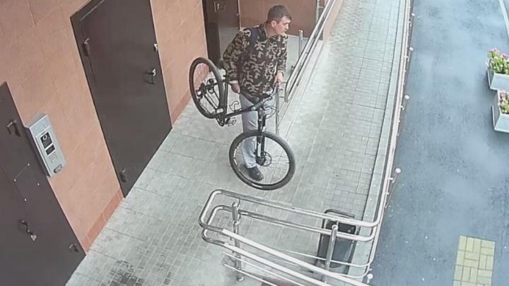 """""""Обокрали средь бела дня"""": житель Эльмаша попросил помочь в поисках людей, которые укатили его велосипед"""