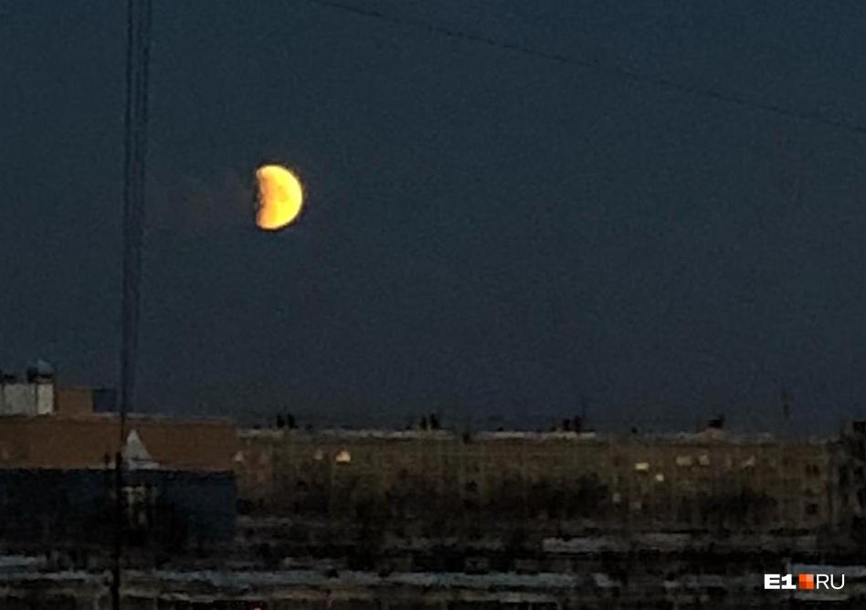 Тень упала на левый край Луны: в Екатеринбурге началось затмение