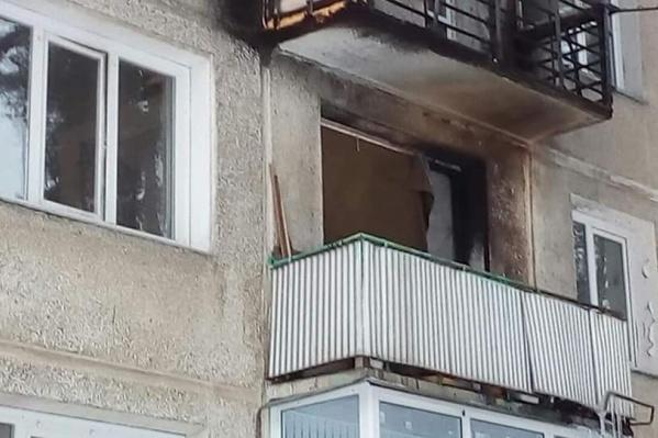 Снаряд попал в квартиру, пробив стеклопакет на балконе