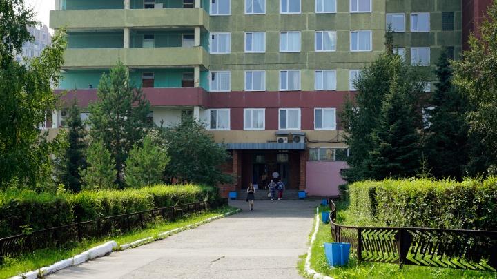Две подруги обвинили медбрата омской БСМП-1 в том, что он их обматерил