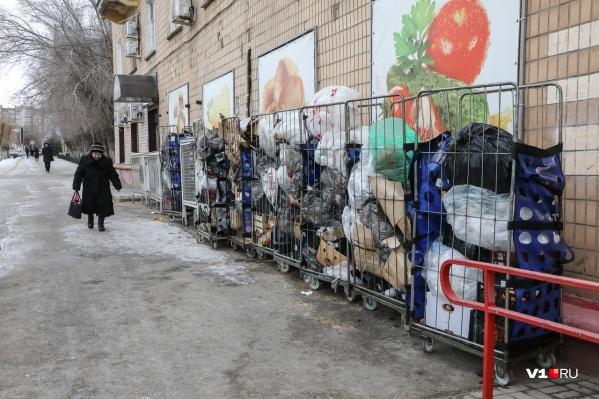 Мусором в Волгограде забиты большинство дворов и даже центральные улицы. Это улица Наумова рядом с Домом Павлова