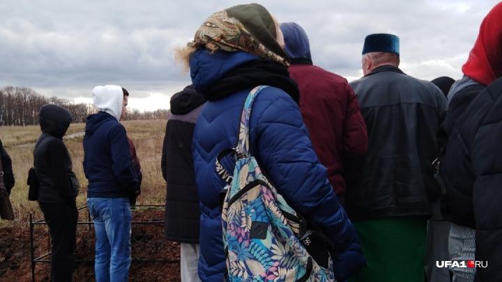 На кладбище ругали подругу, подсадившую Марину на газ: как в Уфе прощались с 13-летней школьницей