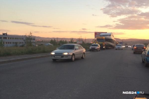Внимательный читатель НГС заметил яхту на Северном шоссе