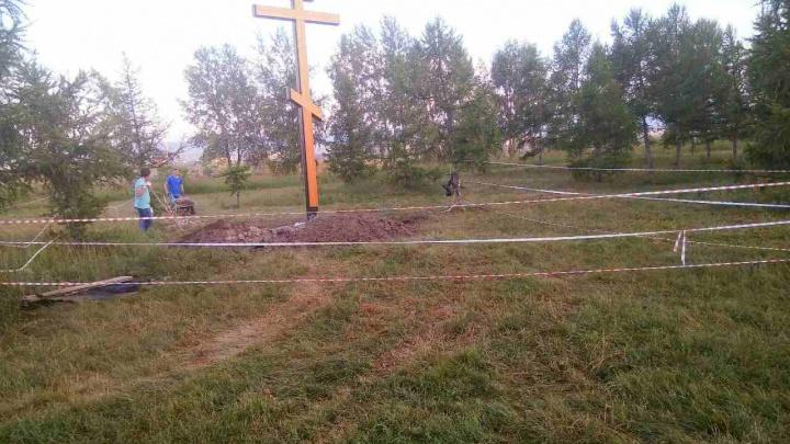 «Похоже, строят храм»: появление огромного креста на набережной в роще взволновало красноярцев