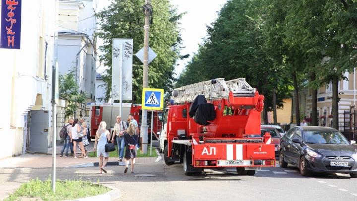 В центре Ярославля горит кафе: подробности и фото с места происшествия