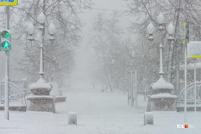 Екатеринбург заваливало снегом три дня