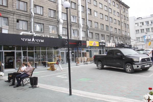 Галерея павильонов протянулась вдоль всего здания гостиницы со стороны Первомайского сквера