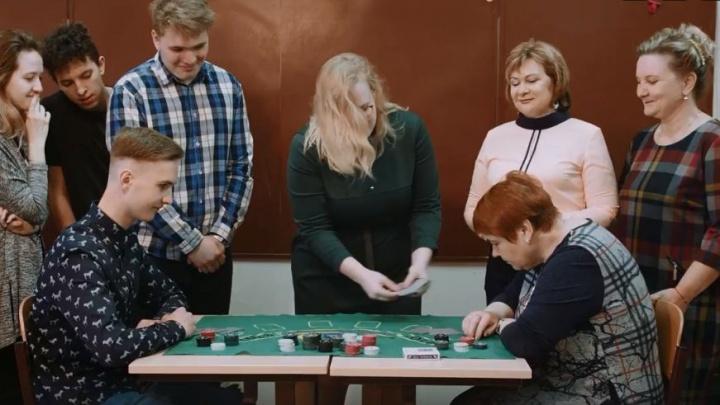 Снимали с директором: в школе сделали пародию на клип Little Big с покером и тусовкой вместо уроков