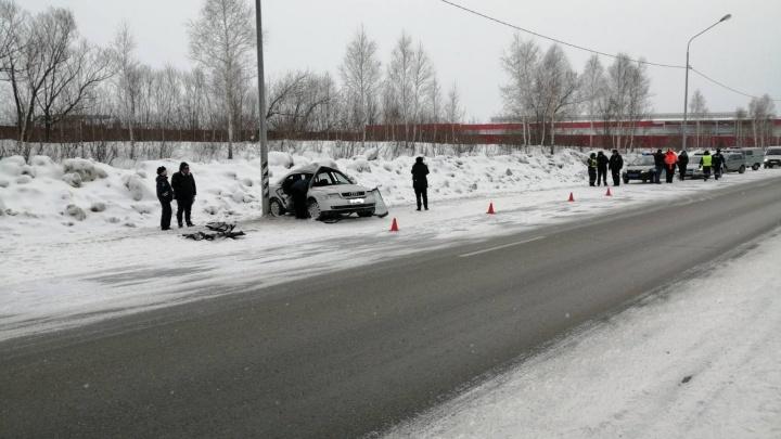 На трассе в Челябинской области машина влетела в столб, погиб мужчина, ранен ребёнок