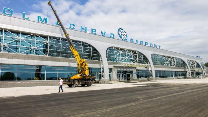 Площадь перед аэропортом Толмачёво начали закатывать в свежий асфальт