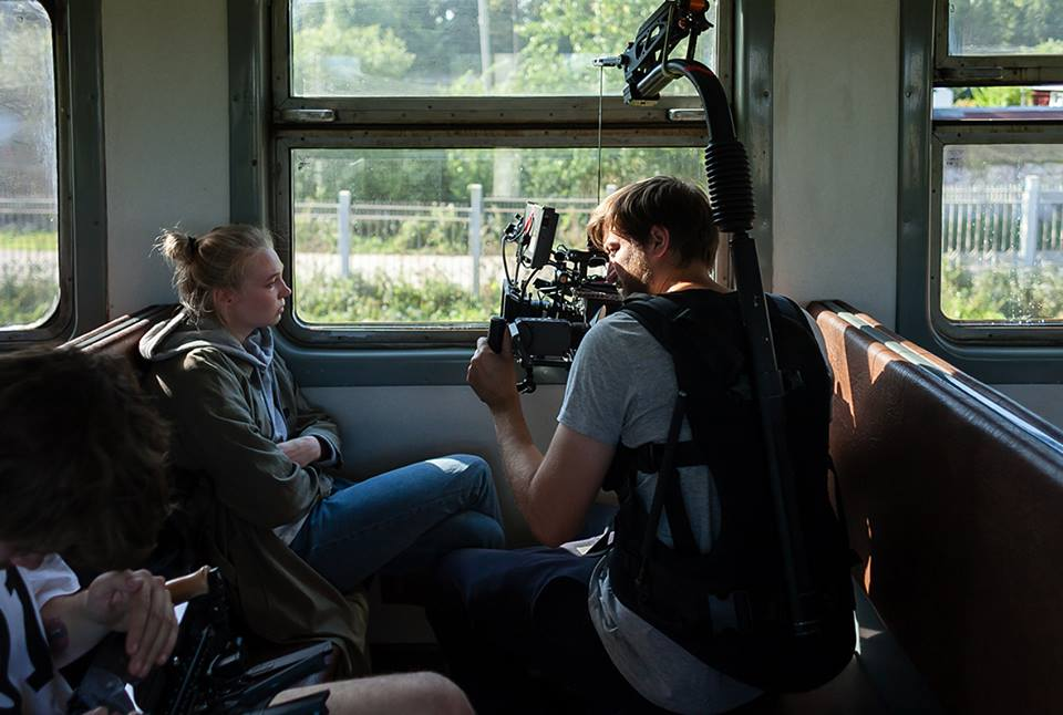 Девушка-студентка, по сути, играет режиссёра фильма Ивана Соснина