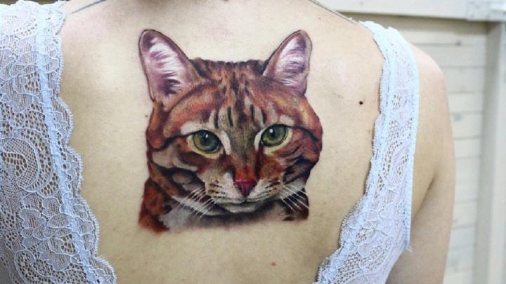 Пропавший питомец и котик с вишенкой: рассматриваем татуировки омичей с любимыми животными