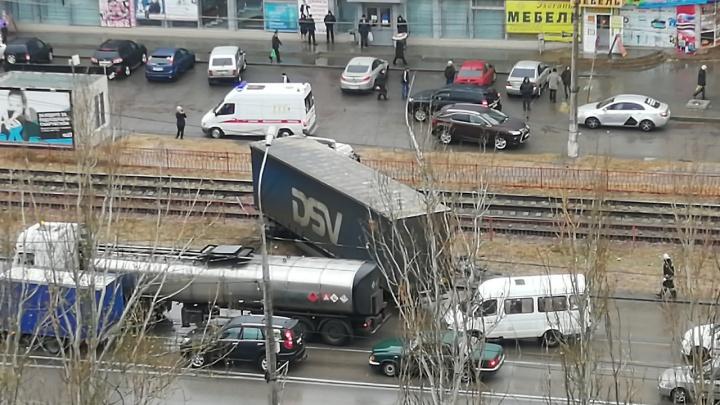 Трамваи не ходят: на юге Волгограда фура пробила забор и вылетела на рельсы