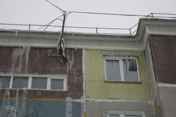Из-за потёков на фасаде и над окнами квартир образуются лёд и сосульки
