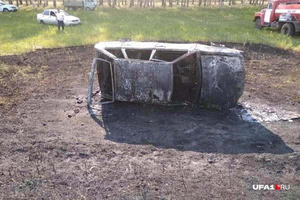 От машины осталось лишь обугленное железо