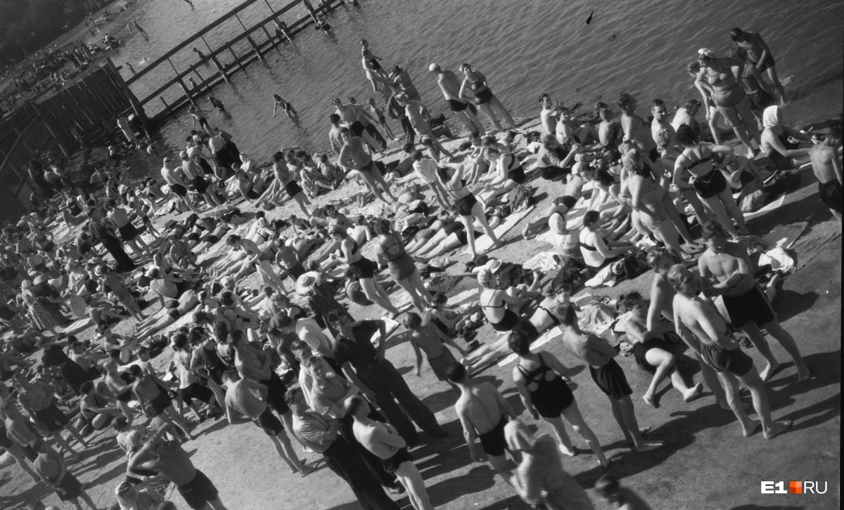 Купание на водной станции Верх-Исетского пруда. 1952 год (что там сейчас — смотрите  в нашем фоторепортаже )