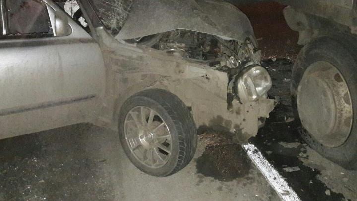 «Выжил чудом»: водителя «Ниссана» увезли в больницу после страшного ДТП на Омском тракте
