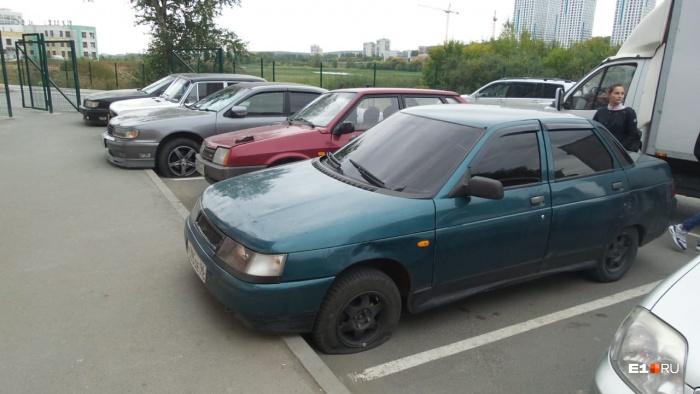 Пострадали машины, припаркованные у дома на Рощинской