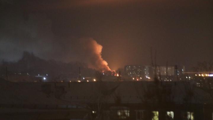 В Октябрьском районе Новосибирска вспыхнул сильный пожар