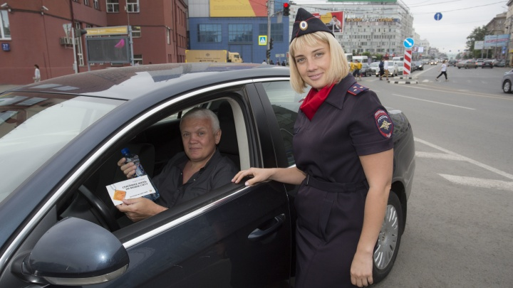 Девушки-автоинспекторы вышли на площадь Ленина и раздали водителям минеральную воду