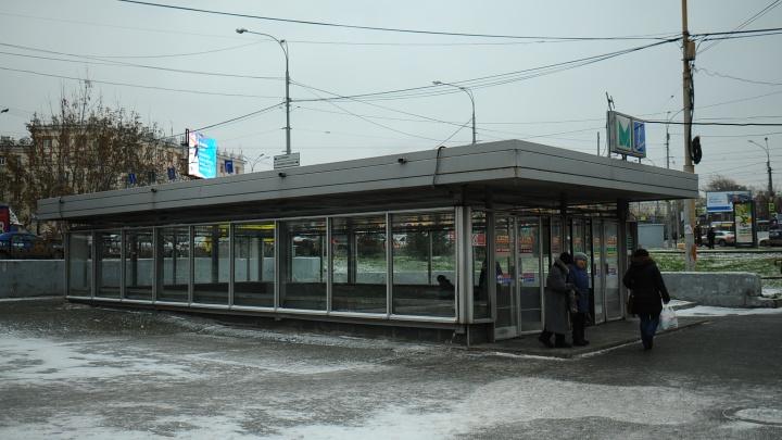 Двух друзей, торговавших цветами 8 марта у станции метро «Уралмаш», избила толпа парней
