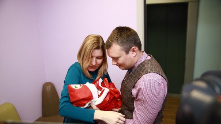 Самый милый репортаж: в Екатеринбурге малышей выписали из роддома в новогодних колпаках и «сапожках»