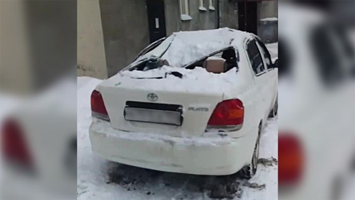 Глыба снега с крыши пятиэтажки рухнула на «Тойоту»