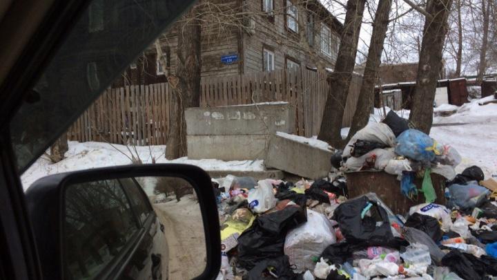 Управляющая компания отказалась обслуживать бараки в Покровке и район погряз в мусорных свалках
