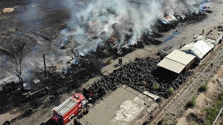 В Волжском за три часа потушили крупный пожар в промзоне